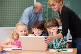 zwei lehrer arbeiten in einer klasse mit laptop